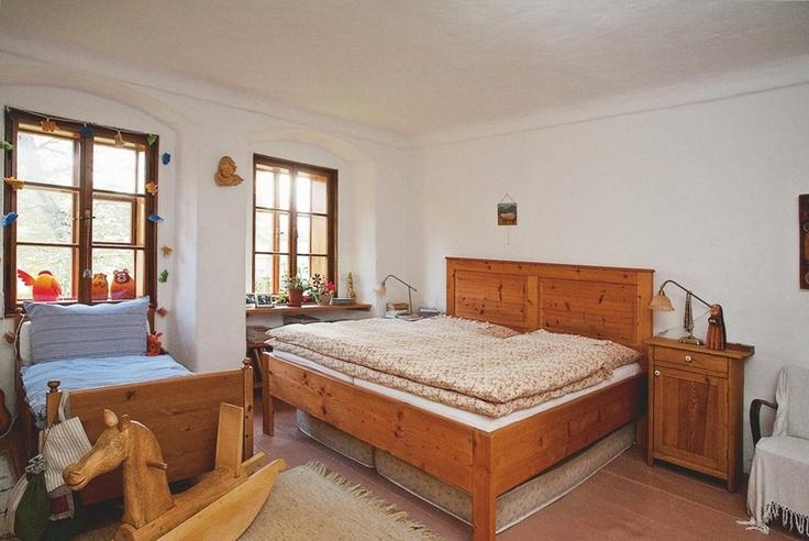 Veškerý nábytek v domě přiznává přirozenou strukturu dřeva.