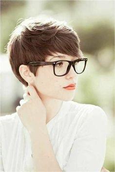 coupe de cheveux courte femme couleur chatin marron, femme aux lunettes de vue