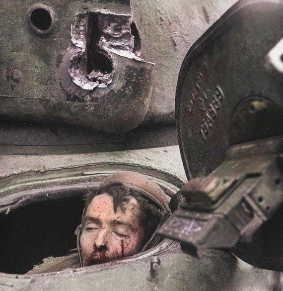 """Мертвый мехвод Джулиан Патрик все еще сидит в своем кресле в танке M4 Sherman. Подбит выстрелом """"Panthera"""", Во время битвы в соборе Кельна. Единственным выжившим оказался тяжело раненый наводчик. Кельн, Германия, 6 марта 1945 года"""