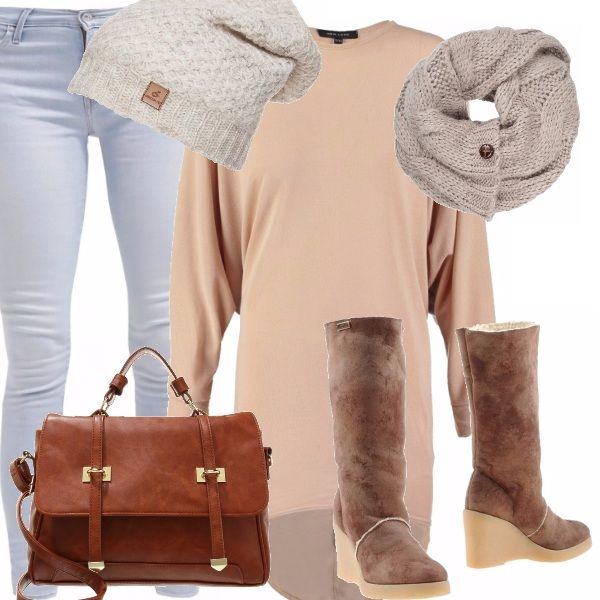Tinte morbide per l'outfit che sembra più una coccola, il beige del magliore extralarge, il pantalone azzurro, gli stivali con zeppa e la borsa a tracolla grande