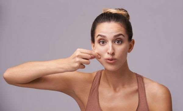 Si eres de las mujeres que tiene un cuerpo esbelto pero tu cara es redondita o eres cachetoncita y quieres acabar con eso hay ejercicios para adelgazar la cara que te ayudarán a lucir un rostro más afilado. Adelgazar la cara nunca fue más fácil con estos ejercicios que te proponemos. Si eres constante podrás adelgazar la cara en menos de un mes.