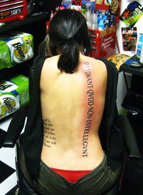 Tatouage latin sur le dos d'une femme https://tattoo.egrafla.fr/2015/11/04/modele-tatouage-phrase-latin/