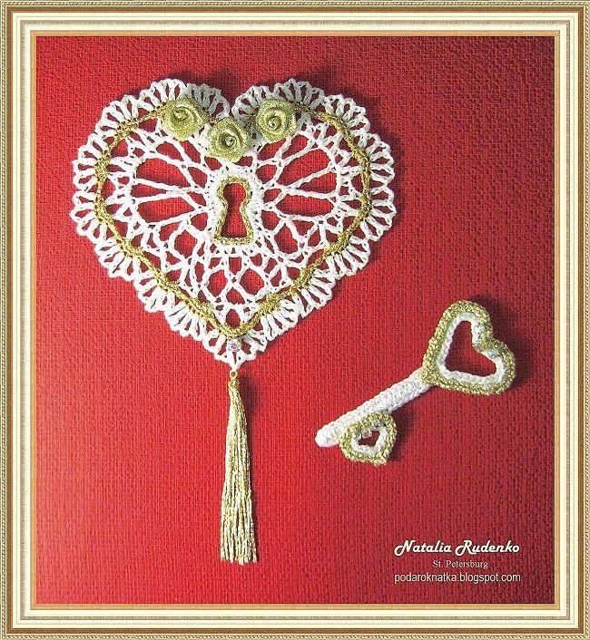 """Еще одна оригинальная идея подарка своими руками к Дню Святого Валентина: вязаное сердечко с ключиком. Подарить любимому человеку ключ от своего сердца - символично и романтично. Сердечко крючком, которое вы видите на фотографии, связала Наталия Руденко, которая больше известна под ником Podarok-N. Сердечко выполнено из пряжи """"Nora"""" Madeira (100 м/25 г), крючок № 2,5, высота сердечка - 14 см., длина ключа - 10 см."""