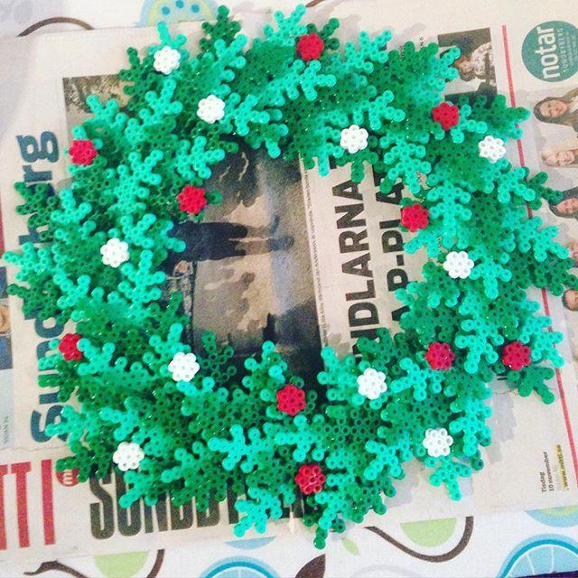 Christmas wreath hama beads by bananaskidmark - Pattern: https://www.pinterest.com/pin/374291419002724088/