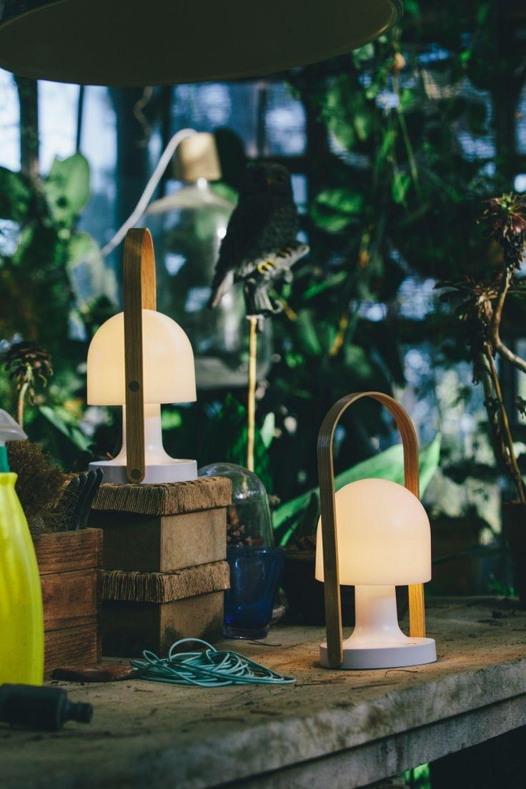 Wie kleine Pilze stehen die FollowMe Tischleuchten da und warten auf dich. Mitnehmen ist dank dem Holzbügel auch kein Problem. Na, Lust auf eine Nachtwanderung? http://www.flinders.de/marset-followme-tischleuchte-led