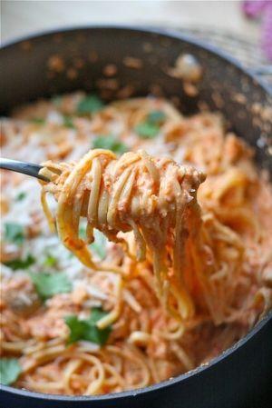 Spaghetti met een saus van geroosterde paprika's en geitenkaas - wauw!! Hier gaat Zij zelf een recept voor schrijven, wat lijkt Haar dat ongelooflijk lekker! Knoflook - ui - wat tijm - witte wijn - een scheut room - pittige geraspte geitenkaas - ontvelde geroosterde rode paprika's - staafmixer - verse peper - citroenrasp en basilicumblaadjes - spaghetti al dente..... Ja zoiets dus:-)