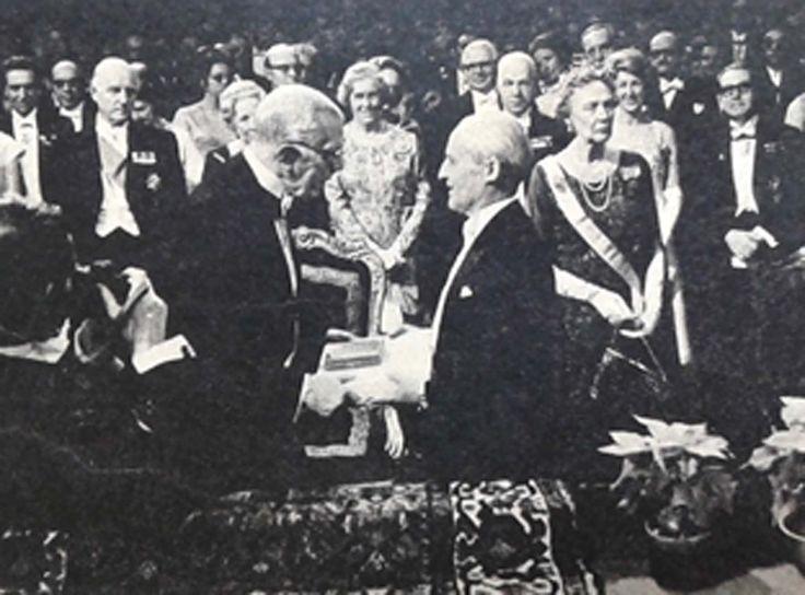 10 de  diciembre de 1970. Luis Federico Leloir (Paris, 6/9/1906 - Bs. As. 2/12/1987) recibe el Premio Nobel de Fisica de manos del rey Gustavo Adolfo de  Suecia.