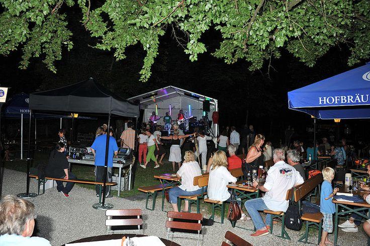 Super Stimmung bis weit in den Abend hinein am zweiten Tag vom Buchenhainer Waldfest 19. Juli 2014 - Feiern im Biergarten in München Süd