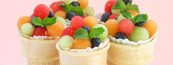 Gezond fruit ijs traktatie.  Vrolijk, fris en lekker. Fruit in een papieren cupcake-vormpje, zo wordt het ijsbekertje niet klef. Hier kun je een toefje ongezoete slagroom of crème fraiche op doen, in de zomer kan je deze traktatie ook maken met rood fruit, nog lekkerder. Als je de bekertjes niet vult worden ze topzwaar, dit kan je voorkomen door ze te vullen met bijvoorbeeld rijst. Uitgebreide beschrijving bij Bakers Royale (http://www.bakersroyale.com/fruit/fruit-salad-ice-cream-cone/).