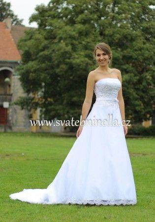 Bílé svatební šaty s vlečkou velikost S 34 - 36. Ceny na www.svatebninella.cz   #svatebníšaty, #bíléšaty, #svatební #šaty, #půjčovnašatů, Svatební studio Nella, Česká Lípa