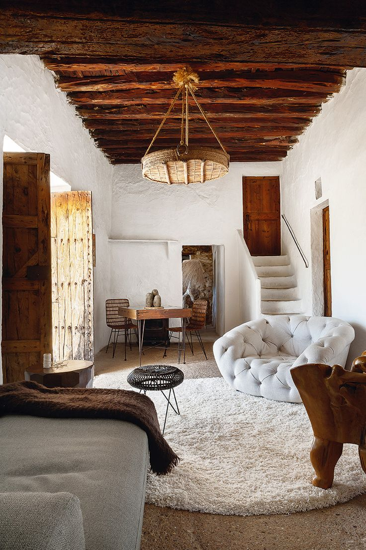 En una casa ibicenca de más de 400 años, dos neoyorquinos reconvertidos en ermitaños conviven felizmente con muros de piedra encalados y vigas de sabinas retorcidas.