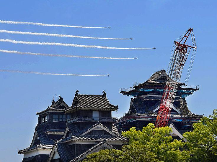 【熊本地震】 航空自衛隊の曲技飛行隊「ブルーインパルス」が23日、熊本城(熊本市中央区)の上空を展示飛行した。熊本地震で被災した熊本城の現状などを全国に伝える目的。6機が約30分間にわたって円やハート形などの航跡を快晴の空に描くと、熊本城二の丸広場に集まった約6万人から歓声が上がった。