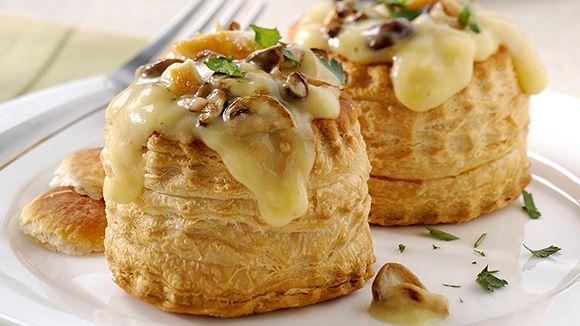 Heerlijke bladerdeegbakjes gevuld met champignons en kip. Knorr kippen crèmesoep zorgt voor een smeuïg eindresultaat. Smullen maar!