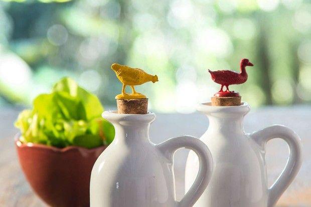 Ideia pequena no tamanho e no custo, mas de grande efeito: minigalinhas e patos colados em rolhas dão um tempero da roça às galhetas (Foto: Cacá Bratke/Editora Globo)