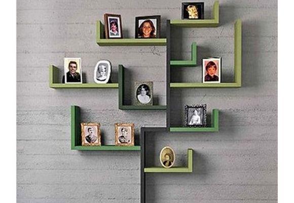 A estante em madeira com porta-retratos é um opção criativa para não quer fazer pinturas ou prefere um móvel diferente no ambiente. (Foto: Reprodução/Pinterest)