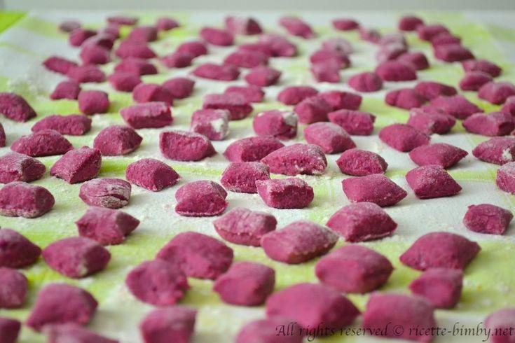 Gli gnocchi di barbabietola sono una variante più delicata dei comuni gnocchi di patate. Scopri la ricetta e gli ingredienti per prepararlo con il bimby.