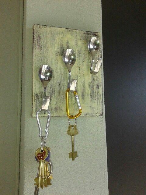 Porta llaves en madera y con cucharitas de distintos - Porta llaves pared ...