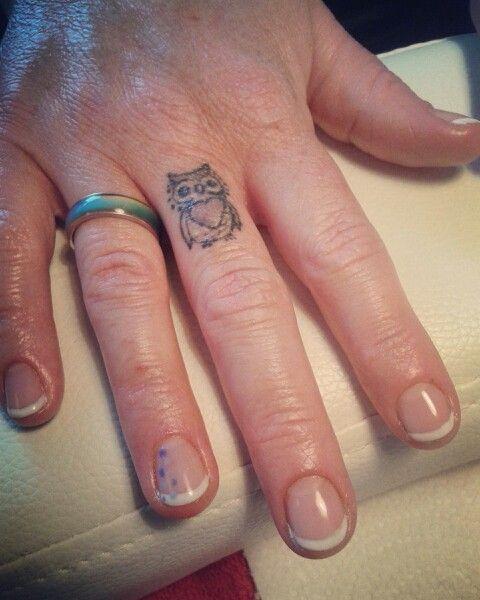 French manicure met gellak. Accentnagel met dottingtool.