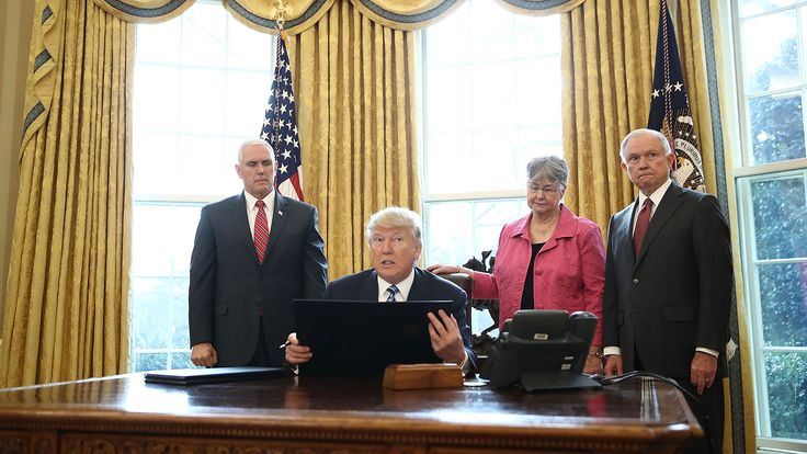 """Donald Trump firmó una orden ejecutiva para combatir los cárteles narco trasnacionales: """"Destruyen la sangre de los jóvenes en EEUU"""""""