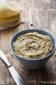 Il babaganush è una salsa di origine mediorientale a base di polpa di melanzana a cui poi vanno aggiunte le spezie per un irresistibile antipasto.