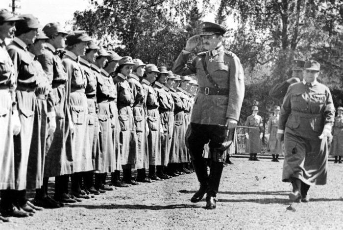 Carl Gustav Mannerheim Suojeluskuntain Päällystökoululla Tuusulassa. kuva: Aarne Pietinen. Laatukoru Finland