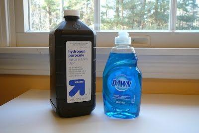 El mejor removedor de manchas nunca. Incluso para las manchas de edad. 1 taza de agua oxigenada, 2 cucharaditas de bicarbonato de sodio y 1 chorro de detergente para lavar platos.