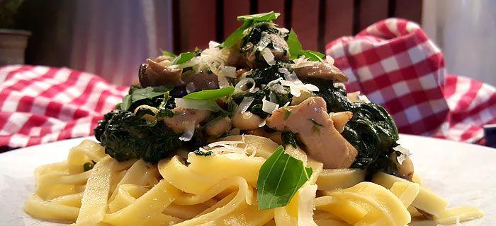Tagliatelle met spinazie-roomsaus, champignons en kippendij. Een makkelijk te maken en erg lekker pastagerecht.