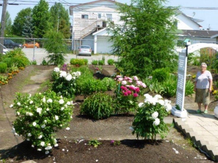 G.Roy Rita participe au décor | Projets | CULTURAT  Chaque année, mon jardin (botanique) c'est ma fierté pour ainsi que mon parterre rempli de fleurs. À 84 ans, c'est mon passe-temps complet pour l'été.
