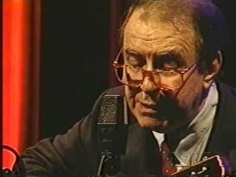 Boas Festas - João Gilberto  São Paulo - 1997 Original by Assis Valente Amazing rhythm again, beautiful what happens at 1:01 min. Hard to comprehand, harder to play...