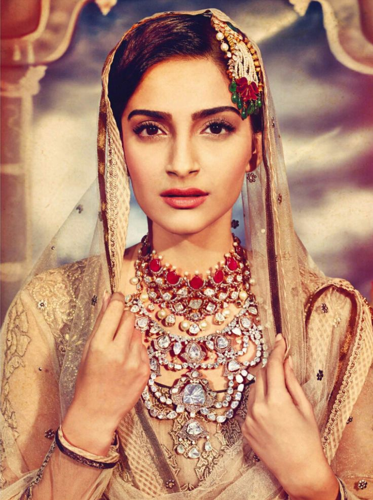 Sonam Kapoor in bridal indian jewellery. Ruby and kundan necklace. Uncut diamond necklace. Maang tikka.