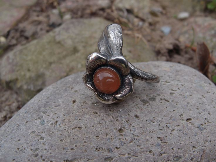Cocktailring. Silver and orange moonstone with carved face. www.guldoggalleri.dk