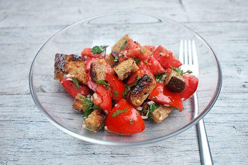 """Zbyl vám kus tvrdého chleba? Není nic lepšího, než si ho """"po italsku"""" dát jako skvělou večeři. Stačí jen zajít do zahrady, natrhat pár zralých rajčat a dát je s tvrdým chlebem dohromady, třeba podle receptu pana Cuketky: http://www.cuketka.cz/?p=7174"""