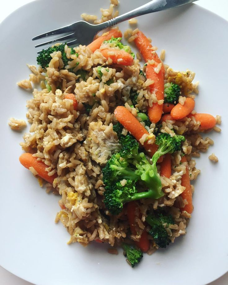 [ leftover brown rice reheated on a pan with liquid aminos and a little peanut butter, broccoli, carrots, and en egg 🍳] MyFood MyRecipe ris+blomkålsris/vitkål - sojasås - jordnötssmörssås jordnötssmör sås - morötter riven morot - ägg stektris stekt fried....