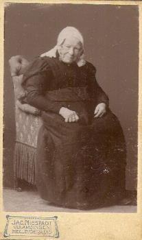Portretfoto van Johanna in 't Hout-van der Plaat te Vlaardingen in Vlaardingse klederdracht, circa 1905 #ZuidHolland #Vlaardingen