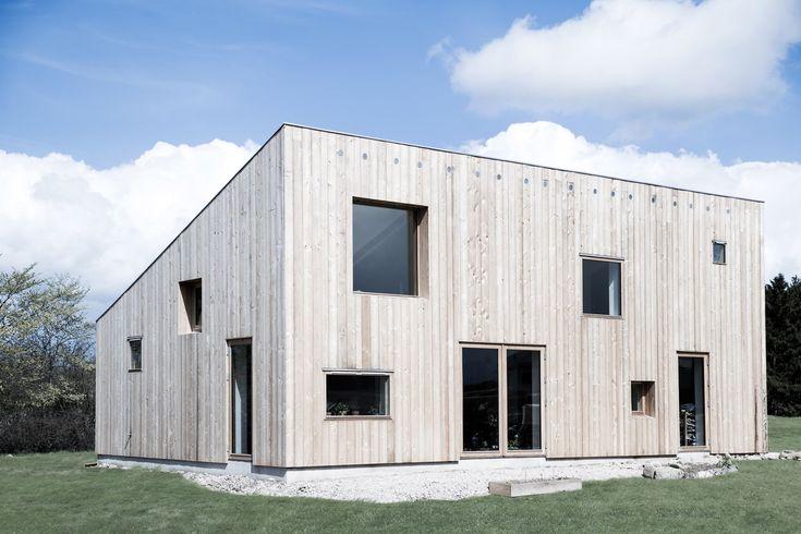 L'architecte danois basé à Berlin, Sigurd Larsen, a conçu ces deux maisons en mélèze comme un modèle durable et abordable pour un développement du logement « organique », appelé Frikøbing, à Hvalsø, au Danemark.  Les maisons ont de légères variations, mais sont conçues pour utiliser le refroidissement et le chauffage passifs afin de réduire la consommation d'énergie. Green House jouit d'une superficie de 82 m2, avec un jardin d'hiver de 32 m2 et coûte moins de 230 000€, tandis que...