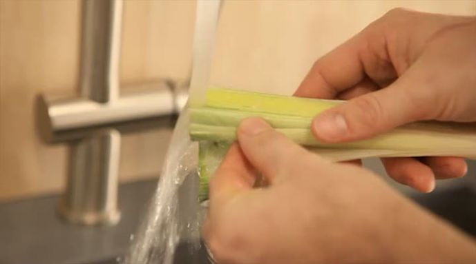 Een prei wassen doe je zelf. Spoel het zand goed weg, zodat je de prei kan verwerken. In het instructiefilmpje laat Allerhande zien hoe je dat doet.