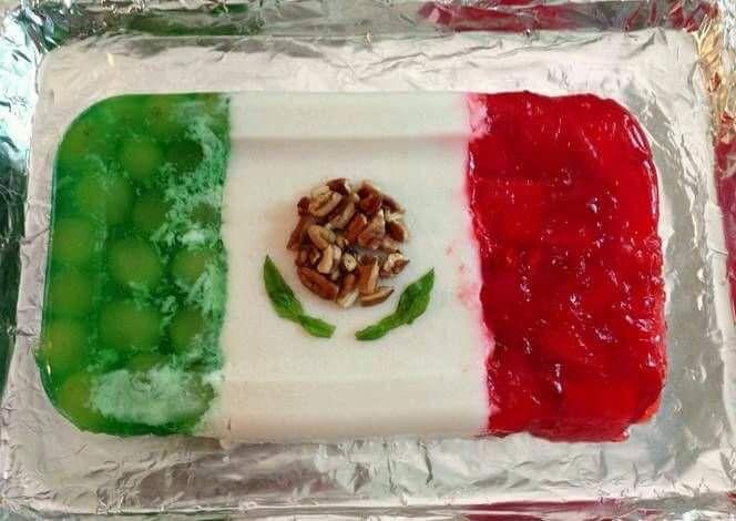 gelatina tricolor, en forma de bandera mexicana