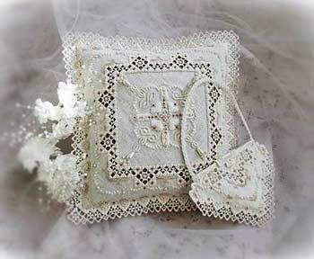 Create an exquisite ring pillow and heart-shaped purse. The stitch count for the pillow is 444 x 444 and the purse is 188 x 136. Note the design uses beads