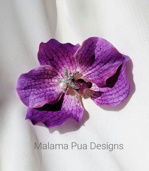 Spectaculaire et Rare «Barbdos «Vanda» REAL TOUCH» pince à cheveux violet orchidée!  Spectaculaire avec main filaire (pas chaud collé) cristal étoile de mer et centre de la perle. Donc très exotique! Si glamour!  Conçu pour porter comme une gracieuse danseuse de Hula, mariée de la plage ou la princesse de lîle pourrait porter. Environ 4-5 pouces.  Ces coiffes de fleur orchidée sur mesure sont conçus chacun individuellement et peuvent présenter de légères différences en raison de leur…
