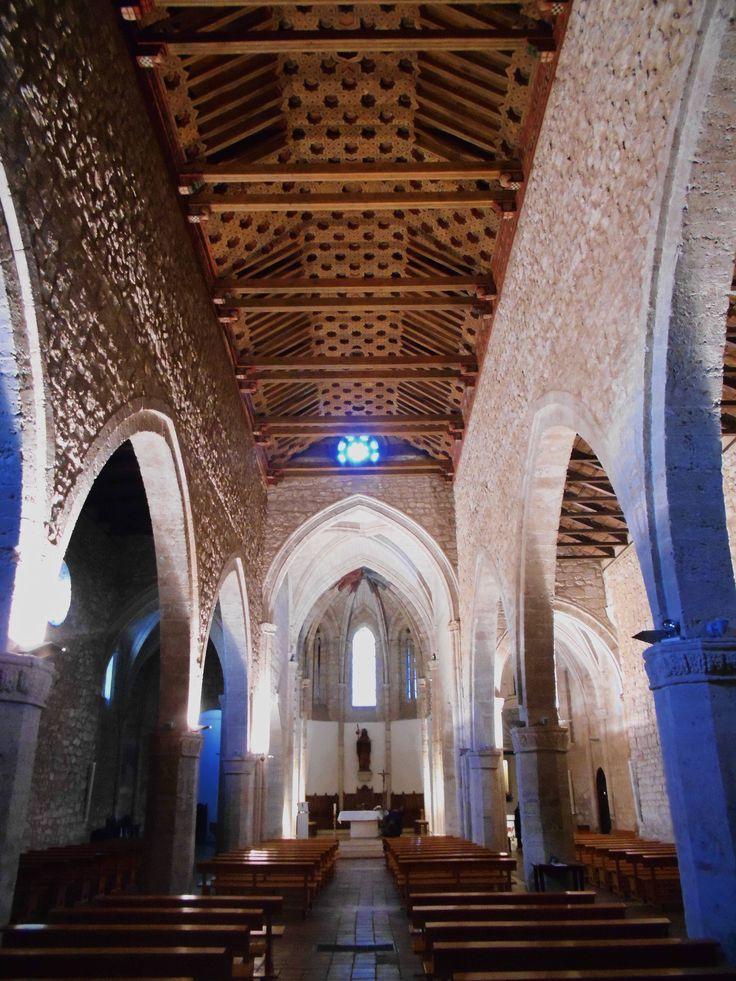 Arcos ojivales separan las tres naves de la planta basilical.