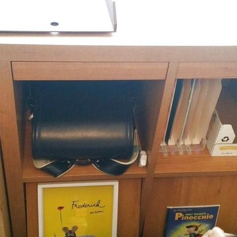 ご覧いただき、ありがとうございます。 マスタライフオーガナイザーの井手本亜希です。 小学生の教科書収納、引き出しに入れたり、机の上に立てたり・・・様々な方法がありますよね。 しかし「わざわざランドセルから出して片づけるのが面倒」と思っているお子さま、いらっしゃいませんか? わが家では、ランドセル置き場の近くに「教科書の一時置き場」と「教科書の収納場所」の二つを作ることで解決できました。