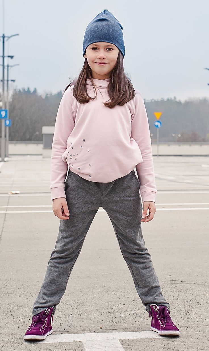 Bluza dresowa #dla_dziewczynki z głębokim kapturem w pięknym kolorze pudrowego różu. Wyjątkowy, autorski nadruk w kolorze grafitowym. Wygodne rękawy typu raglan, po bokach kieszonki na najfajniejsze skarby.BibiDreams