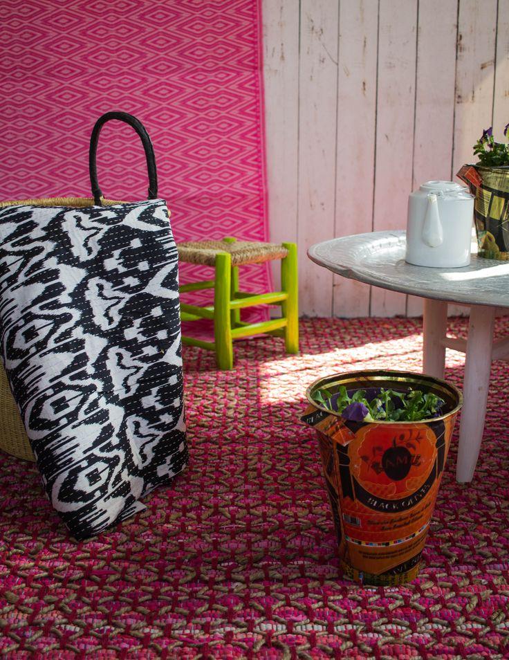 Ikat bedsprei met roze tapijt met jute. Het tapijt is afgewerkt met jute voor een stoere uitstraling.