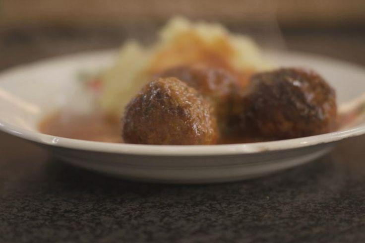 Balletjes in tomatensaus, da's wellicht één van de allerlekkerste gerechten uit onze Vlaamse keuken. Voor de tomatensaus heb je wel heel wat ingrediënten nodig, want alleen zo krijgt de saus heel veel smaak. Dat is het geheim van een top-tomatensaus.Gehaktballetjes maken is helemaal niet moeilijk, en als je de twee nadien samenbrengt in één pot dan is het pas echt smullen geblazen! De balletjes smaken heel lekker met bv. verse aardappelpuree, maar dat kunnen net zo goed frietjes ...