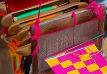 Il tessuto a strisce degli ashanti ha un caratteristico disegno a scacchi. Gli ashanti non usano elementi figurativi a differenza, per esempio, degli Ewe. A ciascun fregio è associato un proverbio, un simbolo, esteso all'intera pezza di tessuto. Blu, verde, giallo, rosso e magenta erano i colori tradizionali per tingere il corpo principale dei voluminosi drappi maschili a forma di toga, con colori contrastanti a effetto di trama e decori a trama lanciata.