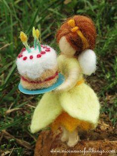 Needle felt daffodil fairy making the birthday cake. La fatina del narciso con la torta di compleanno, feltro ad ago.