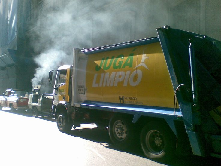 """""""Juga Limpio"""" = """"Play it clean"""" is a campaign by the municipal government in Buenos Aires."""