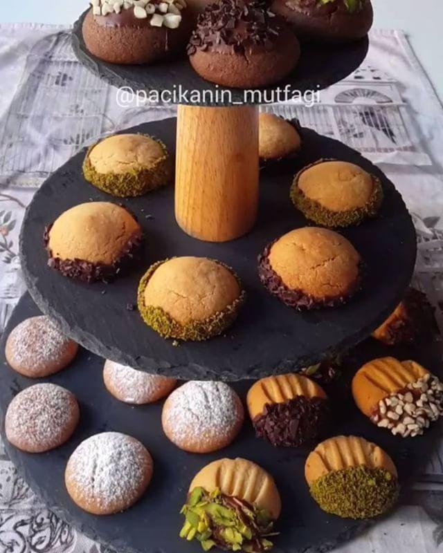 Печенье ассорти😋 ᅠ Отмечайте друзей😉 ᅠ Video by @pacikanin_mutfagi ᅠ Ингредиенты: тесто 200 г сливочного масла комнатной температуры; 1 стакан сахарной пудры; 1 пачка ваниль; 1 пачка разрыхлителя; ¼ стакана растительного масла' 3 столовые ложки кукурузного крахмала; 3 - 3,5 стакана муки. Добавка в тесто: цедра одного апельсина; 1 чайная ложка молотой корицы; 1 столовая ложка какао. Посыпка: сахарная пудра; корица; растопленный шоколад; орехи. ᅠ Выпекать при температуре 160 градусов в…