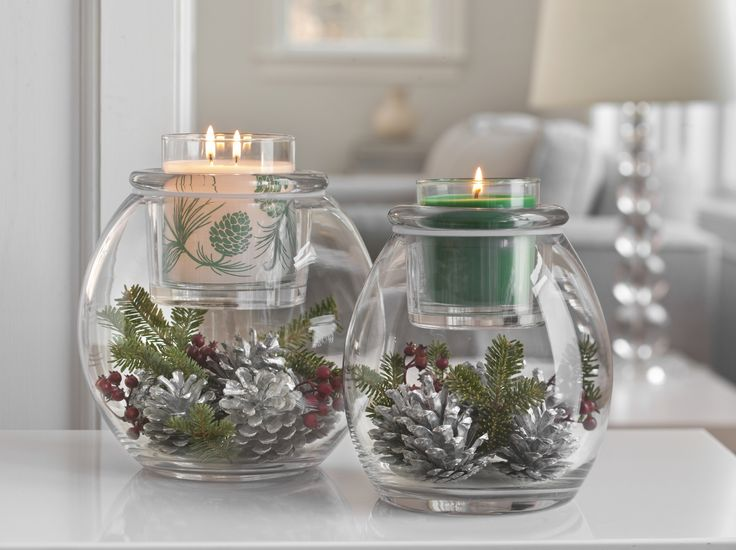 """Unsere Kerzenhalter Vernissage, festlich dekoriert und mit Duftwachsgläsern """"Smaragdgrüner Balsam"""""""