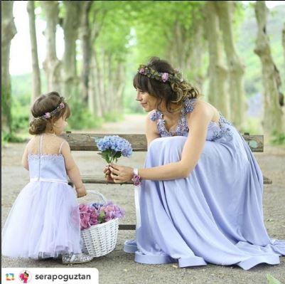 alcheracom#GPRepost,#reposter,#notetag @serapoguztan via @GPRepostApp ======> @serapoguztan:Annesi ve Kuzusu gizli bir ormanda ciktiklari yuruyuste ruya gibi birer elbise giymislerdi... @alcheracom bu sene ki Floral Dreams koleksiyonunda bir ilk yaptı ve Anne Kız bir örnek olan Mom&Kids koleksiyonunu çıkardı💜 Artık özel gecelerimize eşlik edecek bizi bir takım yapacak elbiselerimiz var 💜  Çok çok yakinda online satis sitesinden satın alabileceğiniz bu elbiselerin tamamı için etiketleri…